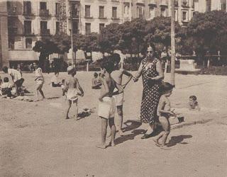 Curiosa piscina en la plaza de barcel caminando por madrid for Piscina escuelas pias