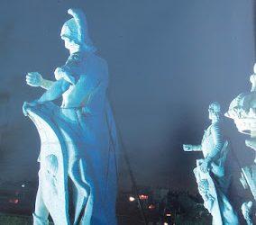 Noche de estatuas en la plaza de Oriente